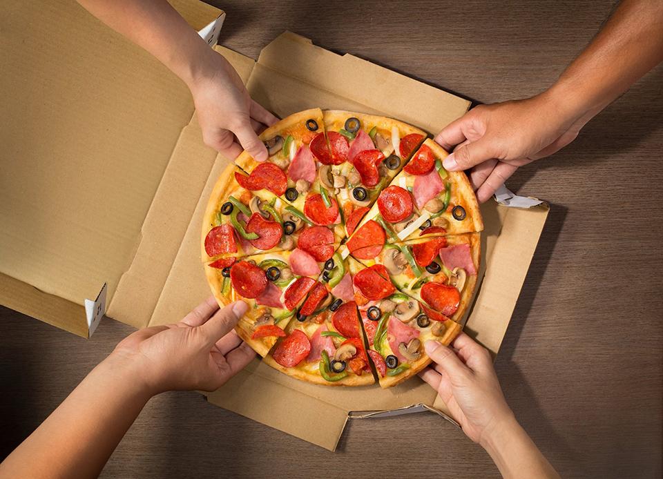 Nghỉ tay nào, pizza thôi  Client: Domino's Pizza Vietnam Photo & retouch: Lê Thanh Tùng at Spotlight Studio Food stylist: Bùi Lý Tiến Nguyên Lighting assistant: Nhím Hoang