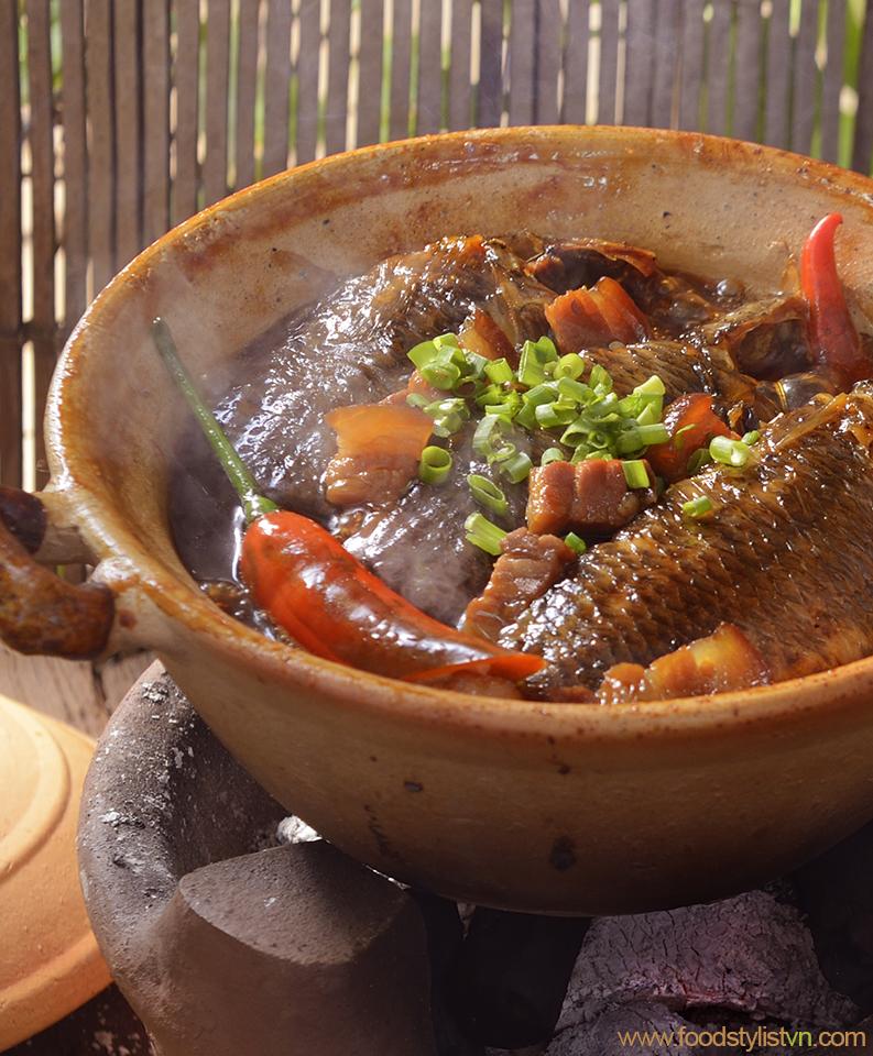 Cá rô kho tộ  Client: Phương Nam Book  Photograph by: Rong Vang (Nguyen Thu Tinh)  Food & Prop Stylist: Tiến Nguyên